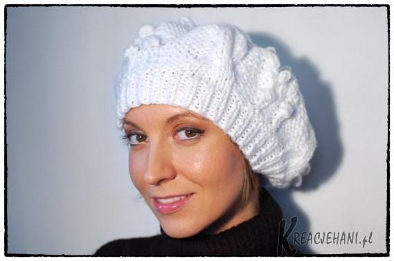 Biały beret na drutach